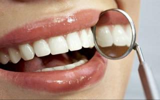 Девушка осматривает зубы