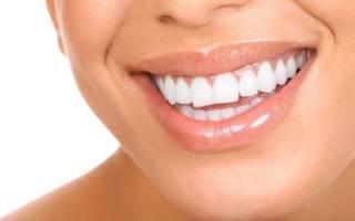Ровные белые зубы у девушки