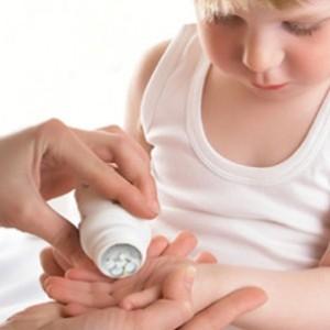 Ребенку дают таблетки