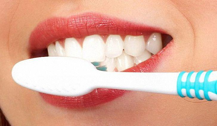 Как отбелить зубы дома содой