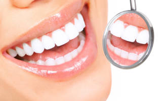 Белые зубы в зеркальце