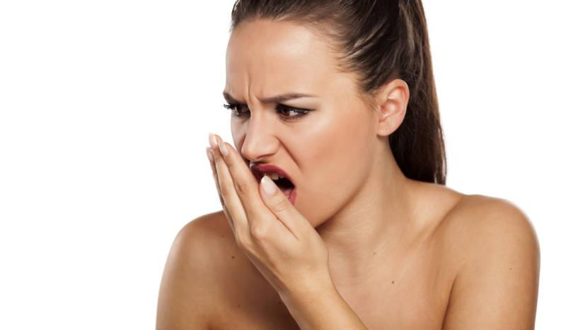 У девушки кислый запах изо рта