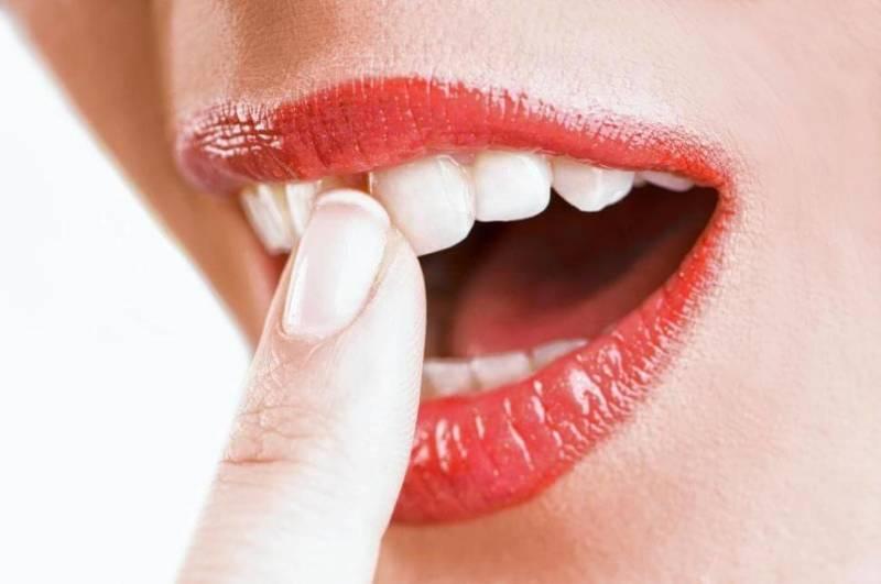 У девушки шатаются зубы