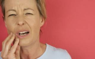 У женщины болят десна