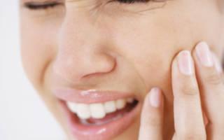 Девушке больно открывать рот