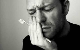 У мужчины болит шейка зуба
