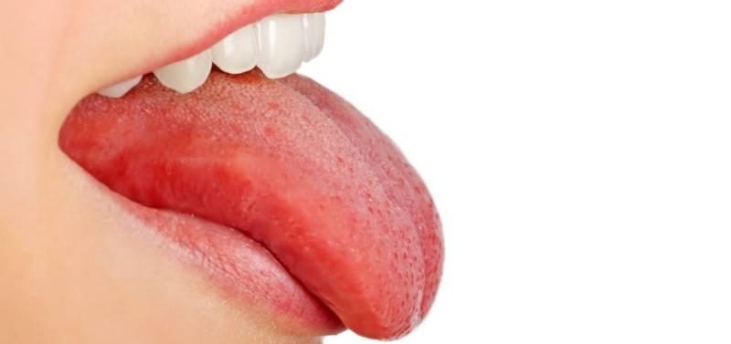 Девушка высунула язык