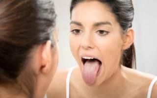 Девушка осматривает свой язык