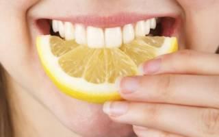 Девушка кусает лимон