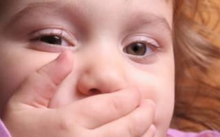 Девочка держит рот рукой