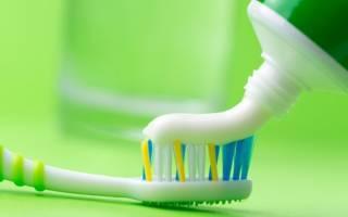 Выдавливание зубной пасты на щетку