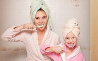 Мама и дочь чистят зубы