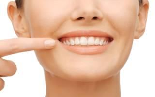 Девушка показывает зубы