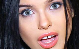 У девушки щель между зубами