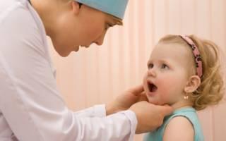 Девочка на осмотре у врача