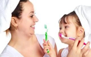 Мама с дочкой чистят зубы