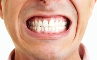 Мужчина показывает зубы