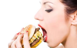 Девушка кушает бургер