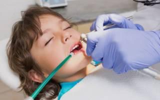 Девочке лечат зубы