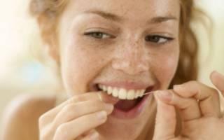 девушка чистит зубы нитью.