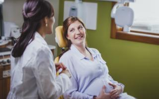 Беременная женщина у стоматолога
