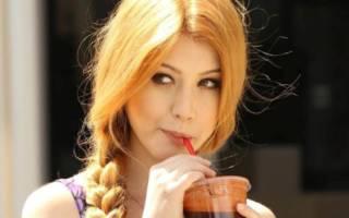 Девушка пьет через соломинку