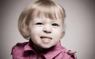 Девочка скрипит зубами