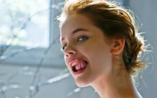 Девушка показывает язык