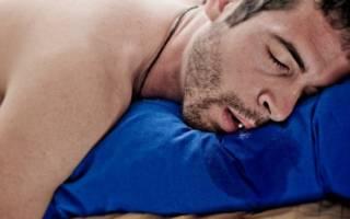 У мужчины текут слюни во сне