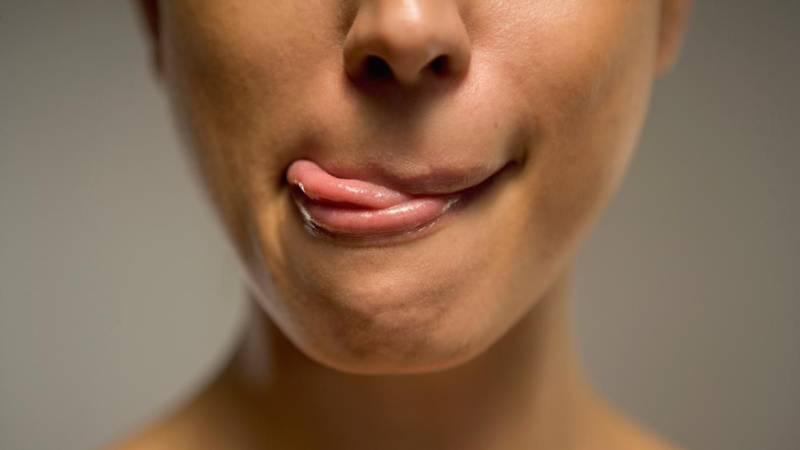 Почему текут слюни во время сна изо рта: причины у взрослых и детей