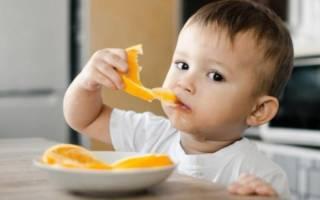 Ребенок ест апельсин