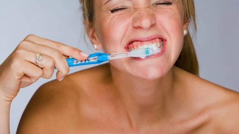 Почистила зубы содой болят десна