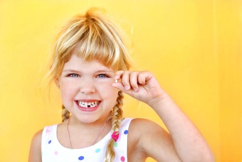 Девочка с зубом в руке