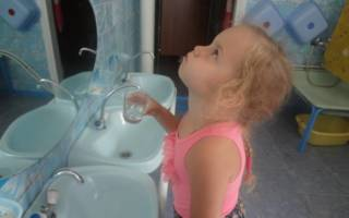 Ребенок полощет рот