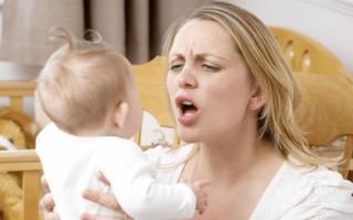 Мама осматривает рот малыша