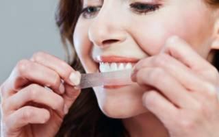 Отбеливает зубы полосками
