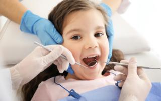 Осмотр зубов ребенка